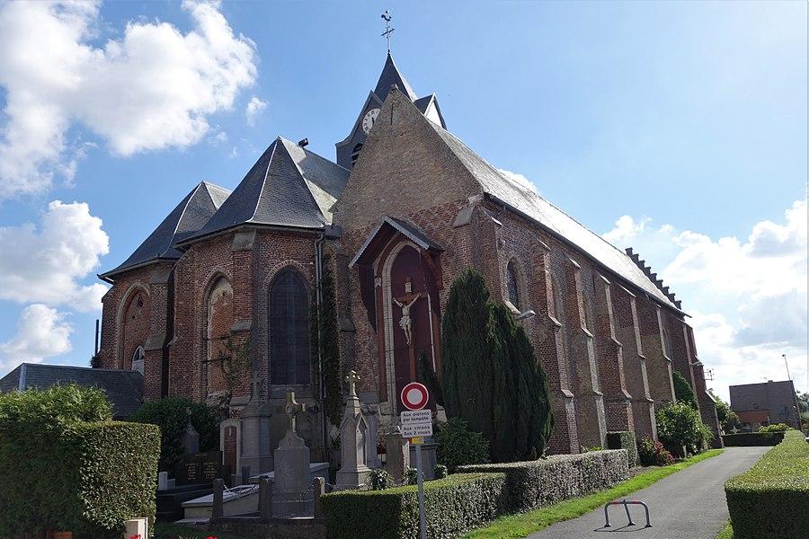 De type église-hall ou hallekerque (hallekerk) constituée de trois nefs, éléments romans, signes runiques visible ici sur le chevet