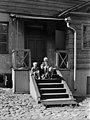 Lapsia ja kissa Snellmaninkatu 21-n päärakennuksen pihanpuolen kuistin portailla - N8045 - hkm.HKMS000005-km0000mpvy.jpg