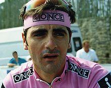 photo couleur d'un sportif à maillot rose marqué ONCE. les mêmes remarques s'appliquent au bandeau tour de tête.