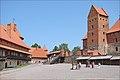 Lavant-cour du château de Trakai (Lituanie).jpg