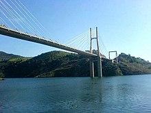 Photo en couleurs d'un pont à hauban au-dessus d'une étendue d'eau