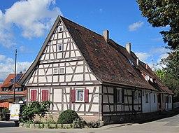 """Fachwerkhaus in Leinfelden-Echterdingen, Stadtteil Unteraichen, Uhlandstraße 2. Dieses Haus wird im Volksmund """"d'Kasern"""" (die Kaserne) genannt, da hie..."""