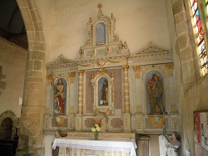 Autel et retable du transept sud de l'église Saint-Ouen des Iffs. Statues de Saint-Jean-Baptiste, Saint-Fiacre et Saint-Hubert.