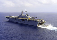le USS Wasp avec un engin à coussin d'air sortant du radier