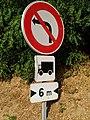 Lissieu - Panneau interdiction tourner à gauche poids lourds de plus de 6 m de large (sept 2018).jpg
