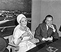 Liz Taylor en Richard Burton tijdens persconferentie op Schiphol betreft film , Bestanddeelnr 917-6934.jpg