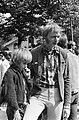 Love in in het Vondelpark. Simon Vinkenoog met zoontje bij Love in, Bestanddeelnr 920-5771.jpg