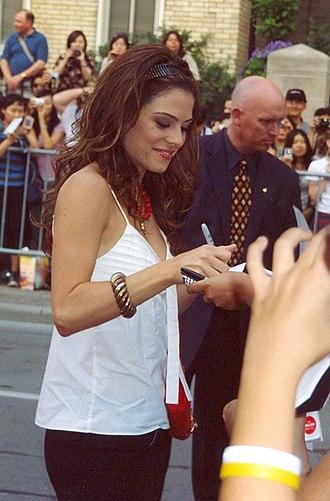 Maria Menounos - Menounos signing autographs in 2005