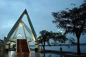 Economy of Kochi - Contemporarily designed walkway and bridges at Marine Drive represents the modern face of Kochi.