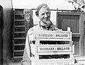 Medewerker van kwekerij J van den Berg in Poeldijk met bakken druiven, Bestanddeelnr 252-0912.jpg