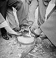 Mensen warmen hun voeten boven een vuur in een teiltje, Bestanddeelnr 191-1176.jpg