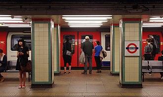 Mile End tube station - Image: Mile End tube station MMB 03 1992 Stock