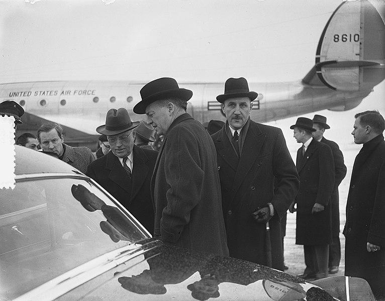 File:Ministers Foster Dulles en Stassen, aankomst Schiphol, Bestanddeelnr 905-5288.jpg