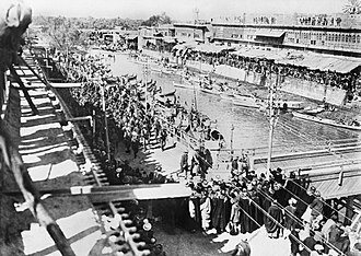Basra - Turkish prisoners passing along the bank of Ashar Creek, nearing Whiteley's Bridge, Basra 1917.