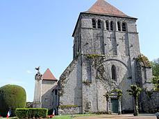 Moutier-d'Ahun - Abbaye - Vue depuis la cour avec le monument aux Morts.JPG
