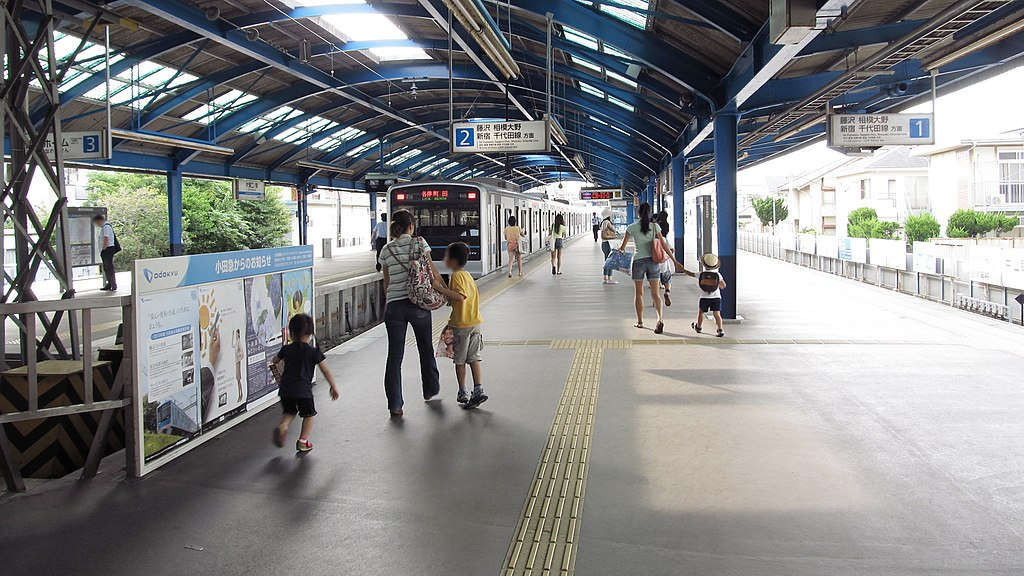 Odakyu-electric-railway-Enoshima-line-Katase-enoshima-station-platform-1-2-20130719-162456
