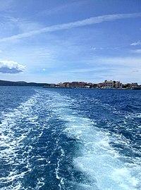 Otok Krapanj i more.jpg