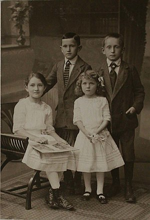 Otto Müller (painter) - Otto Müller (background, left) with siblings Alfred, Anna and Lieschen. Halle, ca. 1913