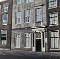 Overzicht van het onderste gedeelte van de voorgevel van het Fundatiehuis, Teylers woonhuis - Haarlem - 20380595 - RCE.jpg