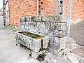 Petite fontaine-abreuvoir au bas de la rue du château.jpg