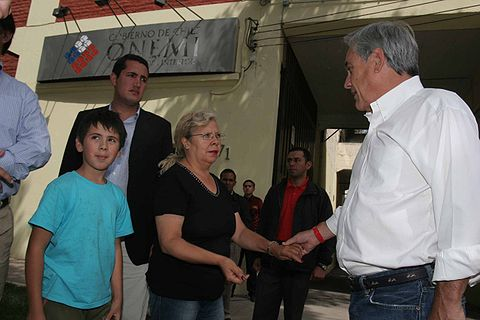 President Sebastián Piñera visits ONEMI after the February earthquake.