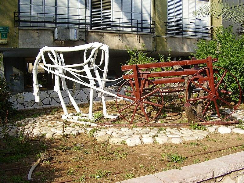 """פסל סביבתי """"סוס ועגלה"""" ברמת גן"""