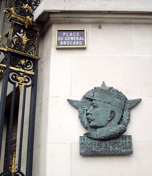 Fichier:Place du Général-Brocard, Paris 8.jpg