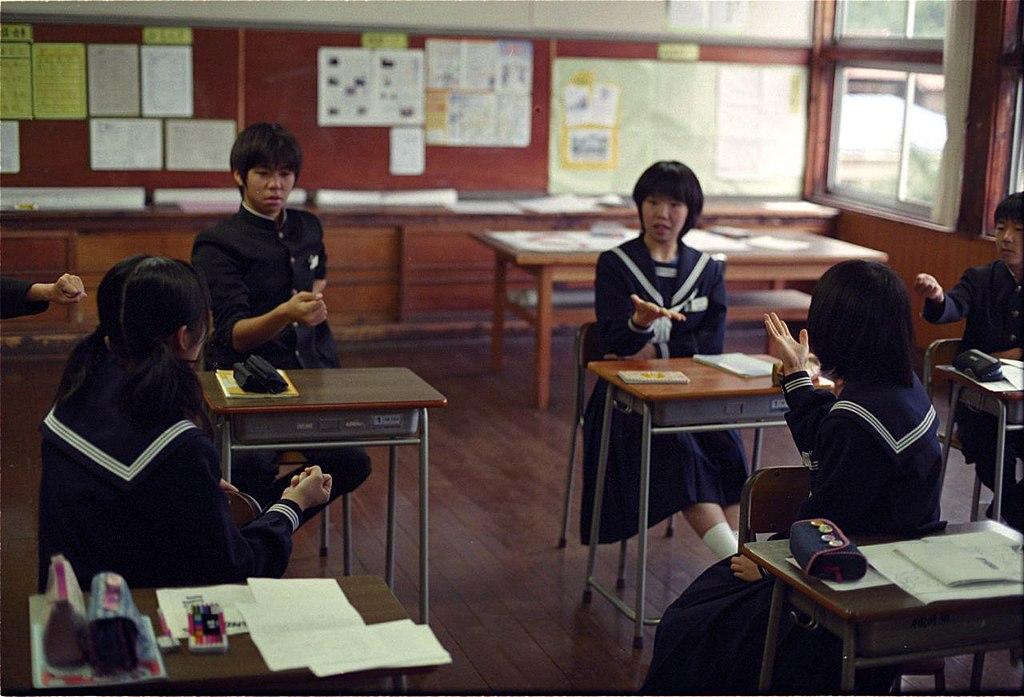 Estudiantes con uniformes japoneses