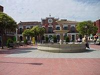 Plaza con fuente y Ayuntamiento en Paracuellos del Jarama.jpg