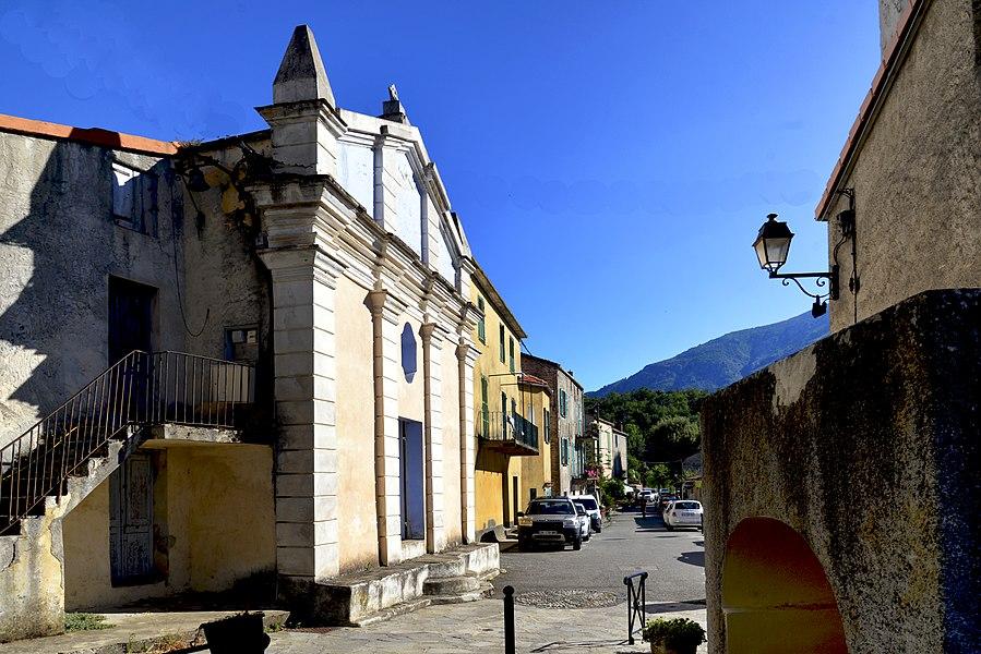 Poggio-di-Venaco, Centre Corse - La rue principale du village vue depuis la chapelle San Roccu.  Camera location  42°15′31.05″N, 9°11′11.95″E  View this and other nearby images on: OpenStreetMap - Google Earth    42.258626;    9.186652