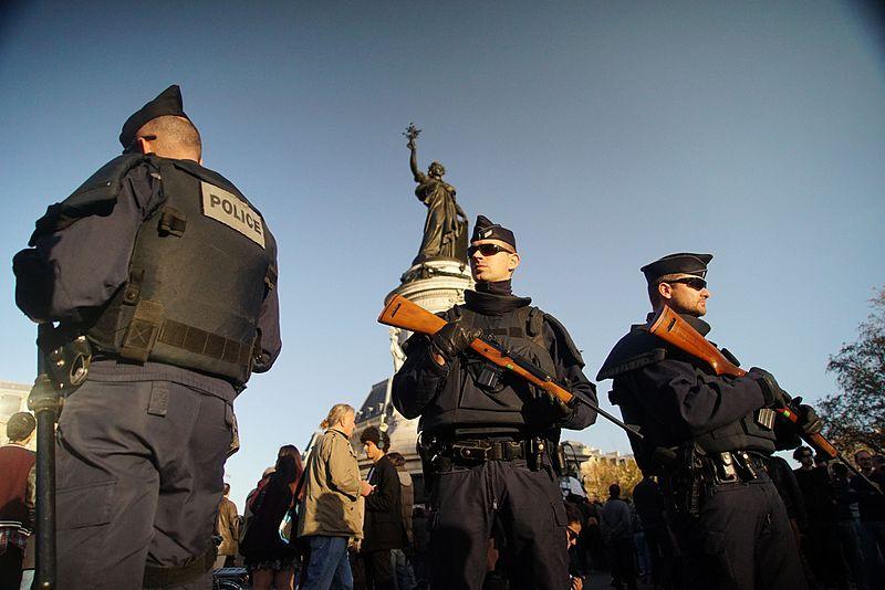 Police nationale en service en r%C3%A9ponse aus Attentats %C3%A0 Paris, November 15, 2015.jpg