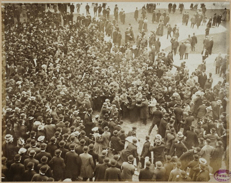 Police protect Nick Altrock from adoring crowd, 1906 World Series
