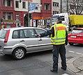 Polizist im Einsatz mit Verkehrsstab 3.jpg