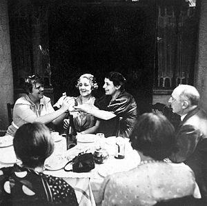 Melanie Klein, Anna Freud y Ernest Jones reunidos en una cena.
