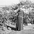 Portret van Father Rafael Morcos Hanna in zijn tuin, Bestanddeelnr 255-6602.jpg