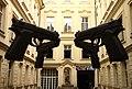 Praha, U Zlatého Stromu, pistole ve dvoře.jpg