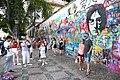 Praha-turisté-u-Lennonovy-zdi2019g.jpg