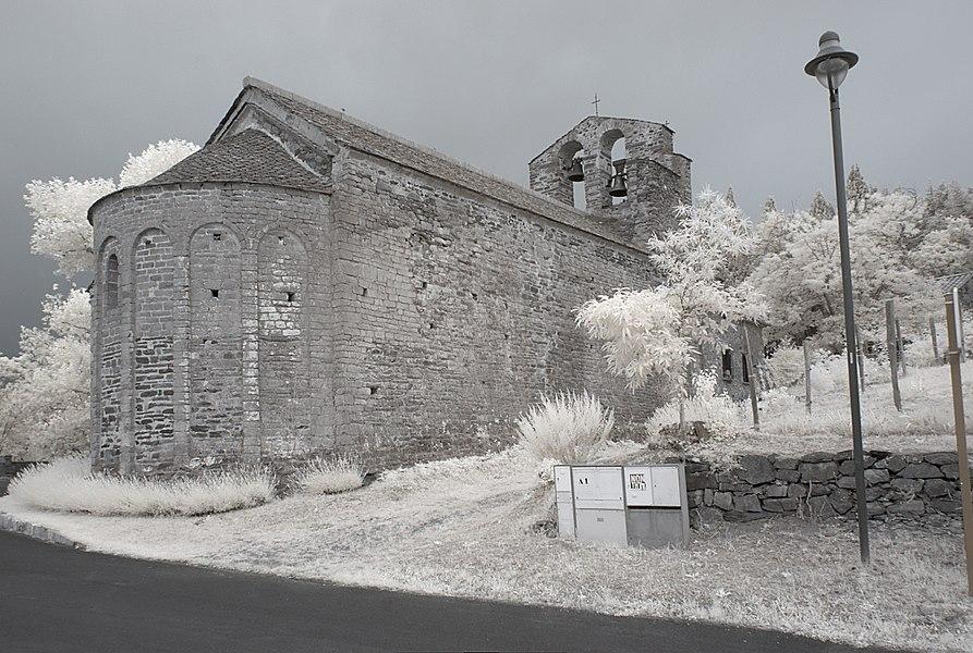 Chapelle de la Trinité, Prunet-et-Belpuig (Pyrénées-Orientales, Languedoc-Roussillon, France) photographiée avec un filtre infrarouge 720 nm.