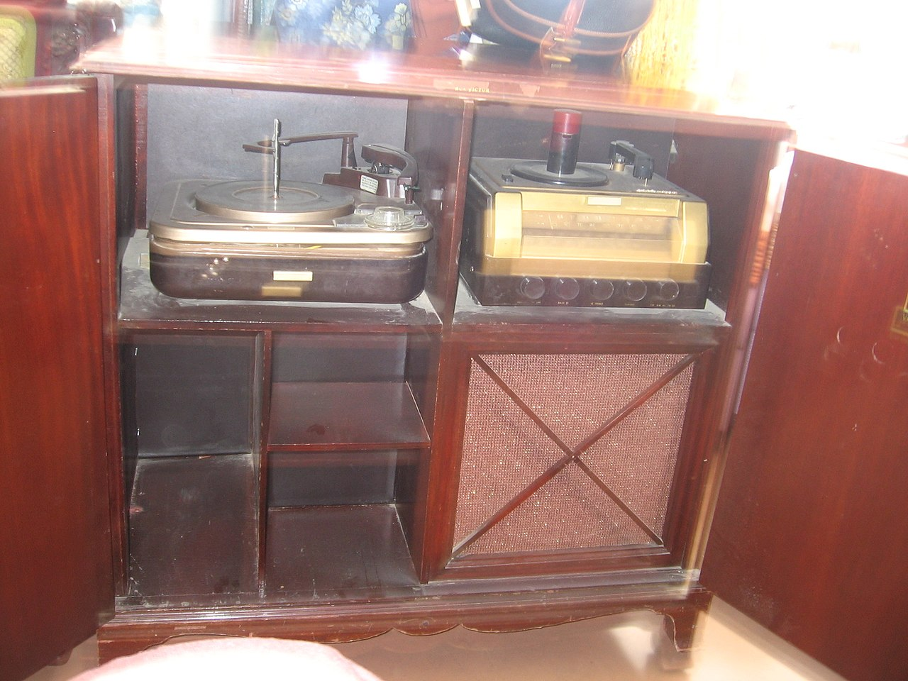 File:RCA Victor Victrola phonograph and radio Model A-108.jpg ...