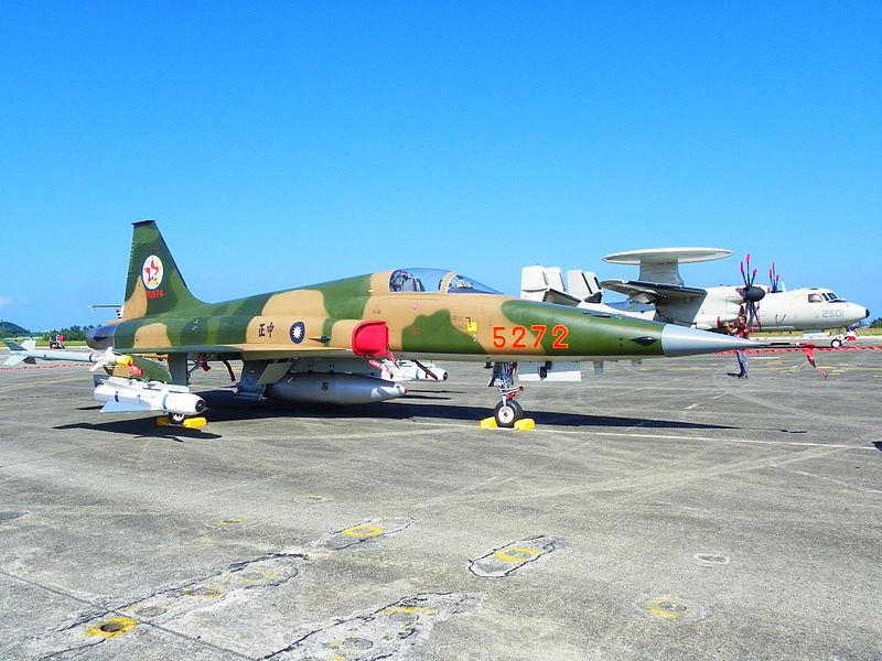 ROCAF F-5E 5272 Display at Chih Hang Air Force Base Apron 20130601a.jpg