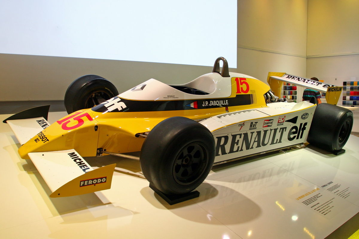 1200px-Renault_F1_RS10_L'Atelier_Renault