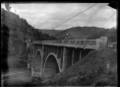 Road bridge under construction over the Manawatu River in the Manawatu Gorge at the Woodville end ATLIB 311371.png