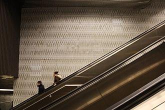 Roosevelt Island (IND 63rd Street Line) - Image: Roosevelt Island escalator vc