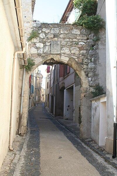 Roujan (Hérault) - porte du village et rue droite.