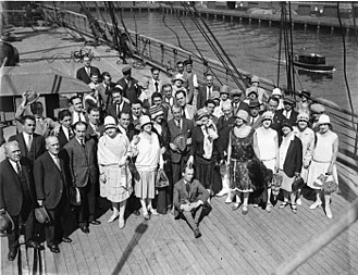 Ben Fuller (producer) - Sir Benjamin John Fuller posing with the Fuller-Gonsalez Grand Opera Company at the arrival of the company in Sydney in march 1928
