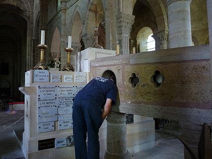 http://upload.wikimedia.org/wikipedia/commons/thumb/2/23/Saint-Menoux_debredinoire.JPG/420px-Saint-Menoux_debredinoire.JPG