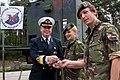 Sergeant-anna-claus-en-korporaal-1-dave-kelder-nemen-de-sleutel-in-ontvangst.jpg