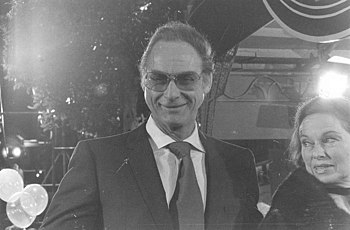 Sid Caesar at the premiere of the movie SEEMS ...