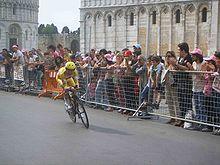 Simoni in Piazza dei Miracoli durante la cronometro di Pontedera al Giro 2006