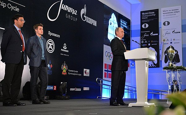 Carlsen on-stage at the closing ceremony of the 2014 World Chess Championship in Sochi, Russia. Vishy Anand and Vladimir Putin also pictured. Speech of the president Putin at the closing ceremony of a world-title match on chess.jpeg